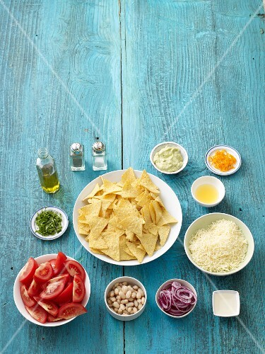 Ingredients for gratinated nachos with a dip