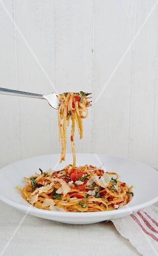 Pasta Pomodoro (linguine with tomato and basil, Italy)