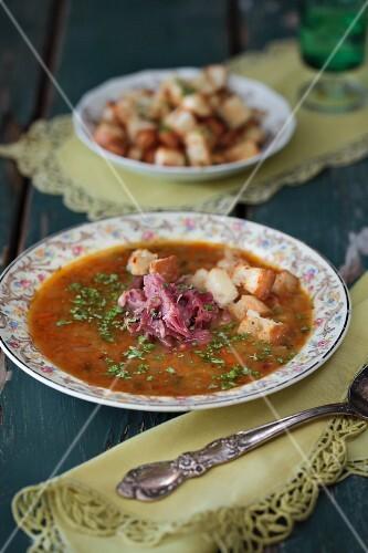 Gemüsesuppe mit Räucherfleisch und Weissbrotwürfeln (Russland)