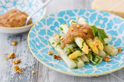 Asparagus with walnut pesto