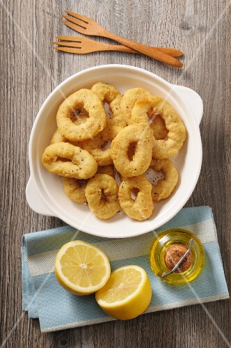 Fried squid rings with lemons and olive oil