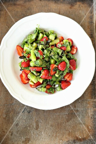 Asparagus salad with strawberries, coriander and pumpkin seeds