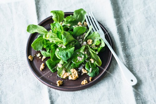 Lamb's lettuce with walnuts