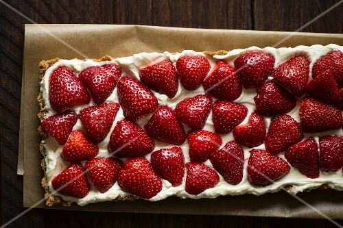 Strawberry tart with mascarpone cream and a biscuit base