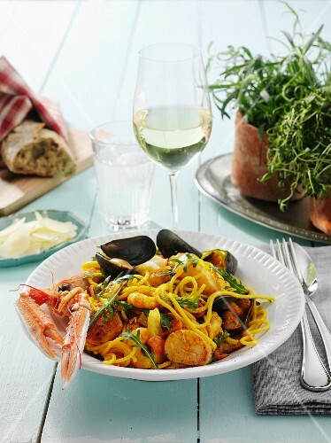 Spaghetti with seafood and rocket