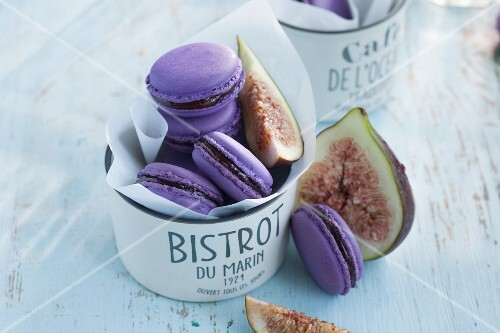 Purple macaroons with figs
