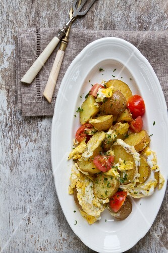 Roast potatoes with egg and tomatoes