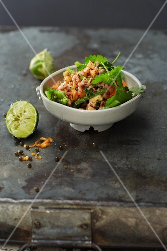 Papaya and pepper salad with Büsum shrimps and a lime dressing