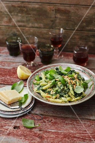 Pasta and spinach salad with fresh basil pesto