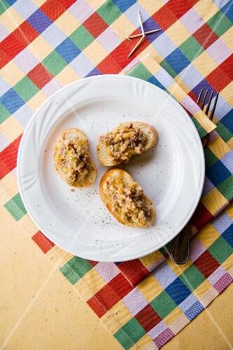 Crostini con salsa di cinghiale (grilled bread with a wild boar sauce, Italy)