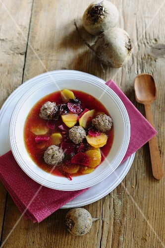 Beetroot soup with meatballs