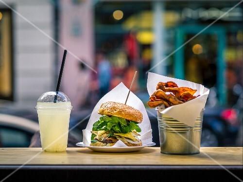 Burger, Limonade und Chips im Fast Food Lokal