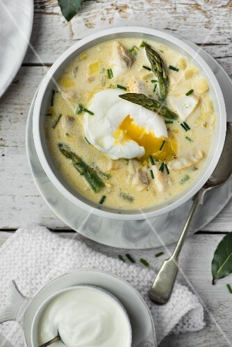 Fish chowder with asparagus and a poached egg (seen from above)