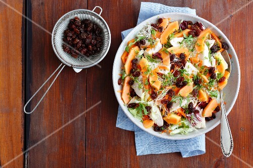 Ppapaya and baked chicken salad with raisins, beansprouts and carrots