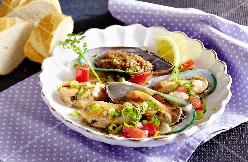Spicy green-shell mussels with peanut sauce