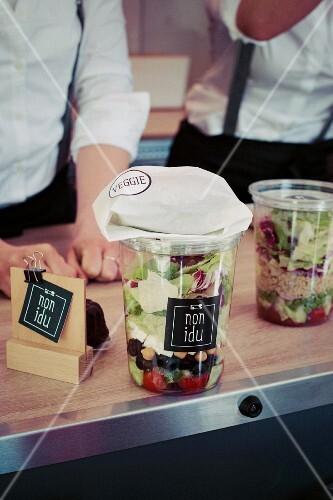 Schichtsalate zum Mitnehmen auf Theke im Food Truck