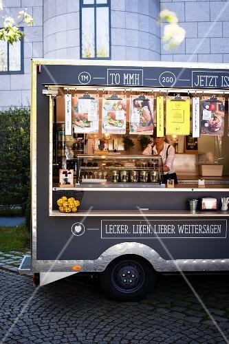 Food Truck mit verschiedenen Snacks