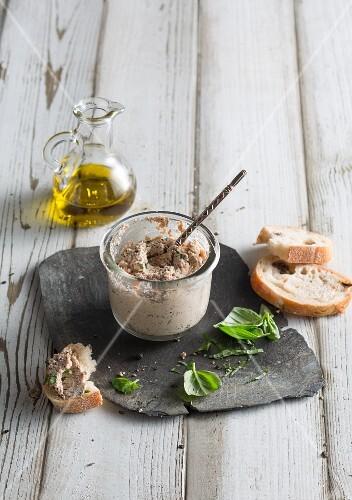 Vegan tomato and olive cream cheese