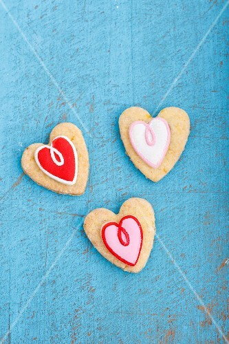 Heart-shaped biscuits decorated with red and white icing