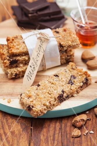 Muesli bars with almonds and dark chocolate