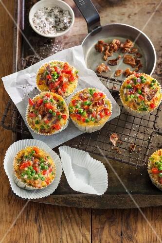 Bunte Gemüsemuffins mit knusprigem Frühstücksspeck