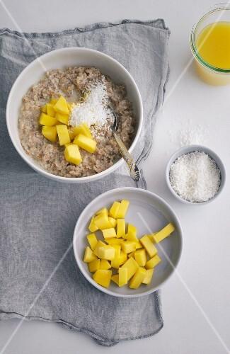 Spelt porridge with mango