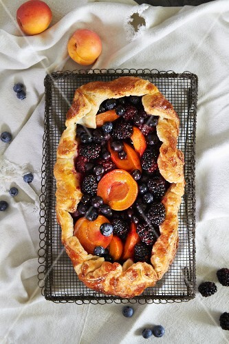 Berry tart with apricots (seen from above)
