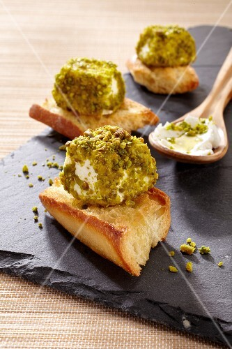 Crostini with pistachio-coated goat's cheese