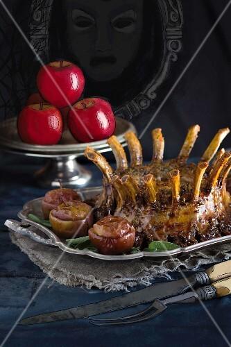 Schweinerippenkrone und Äpfel mit Rosinenfüllung zu Halloween