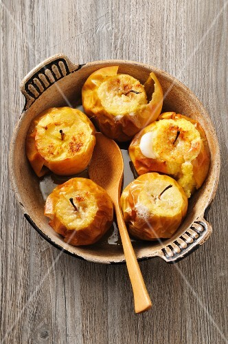 Roasted apples with honey and cider (seen from above)