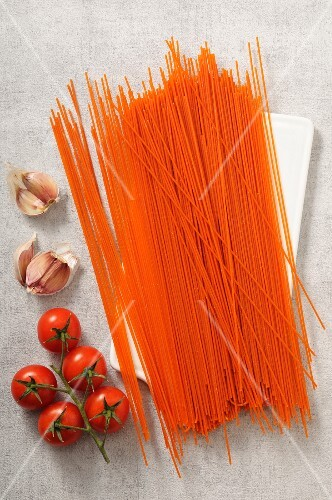 Uncooked tomato spaghetti (seen from above)