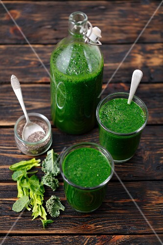 Spinach and cabbage smoothies with apple juice and chia seeds
