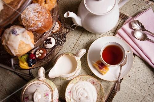 High Tea: Nachmittagstee mit Gebäck und Pralinen (Aufsicht)