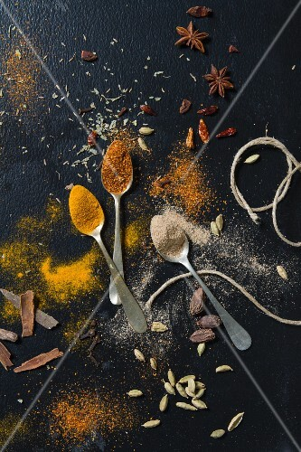An arrangement of spices (seen from above)