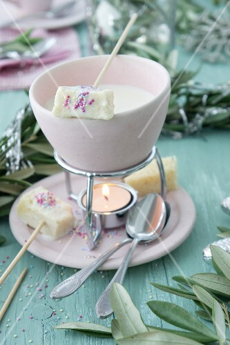 A vanilla fondue with sweet bread and sugar sprinkles