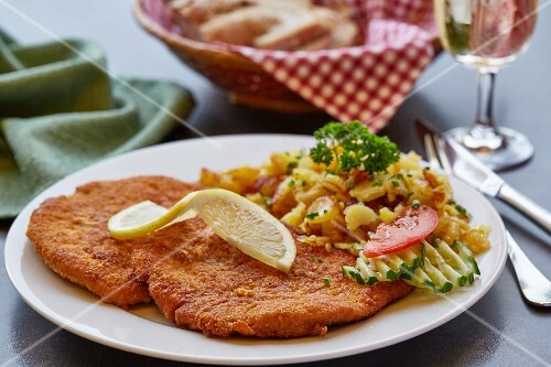 Viennese escalope with fried potatoes