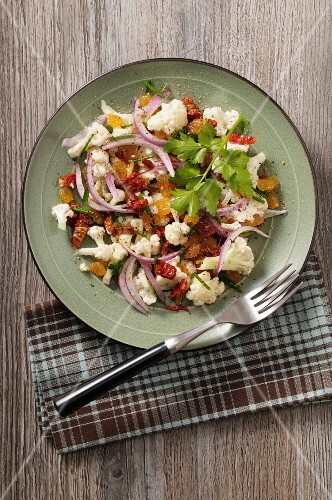 Cauliflower salad with dried tomatoes and sultanas