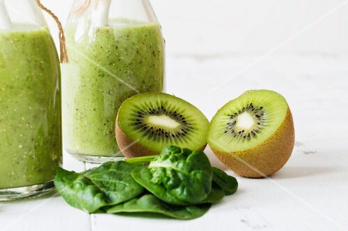 Green smoothies with spinach and kiwi (close)