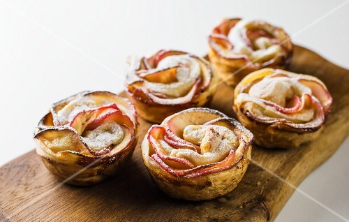 Rose-shaped apple cakes