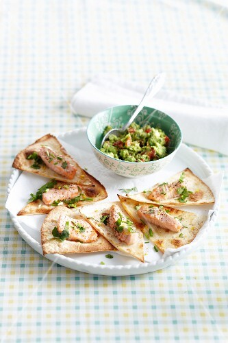 Tortilla corners with salmon and guacamole