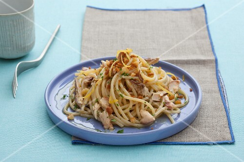 Spaghetti con sgombro (spaghetti with mackerel, Italy)