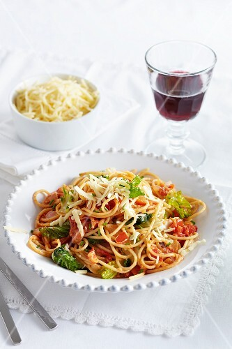Fried spaghetti with vegetables and Gouda