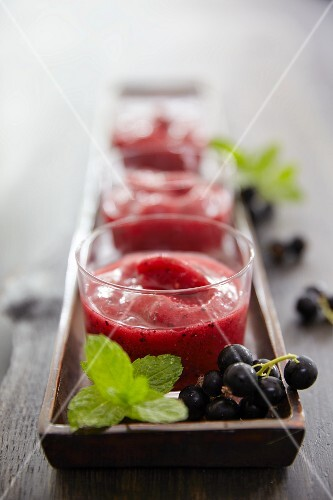 Summer dream smoothies made with redcurrants