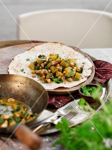 Sweet potato curry with chickpeas on unleavened bread (India)