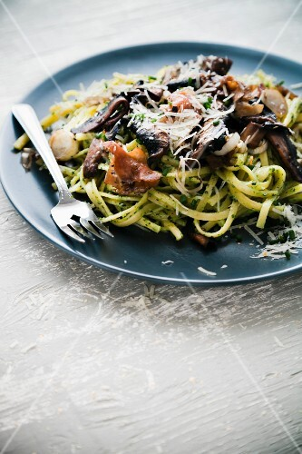 Linguine with mushrooms and bacon