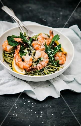 Spaghetti with rocket pesto and prawns