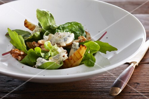 An autumnal salad with gorgonzola, pears and walnuts