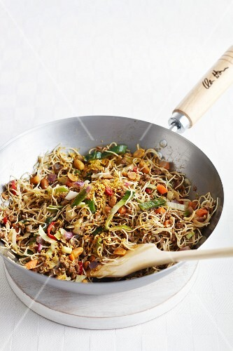 Fried noodles with minced meat and vegetables (India)