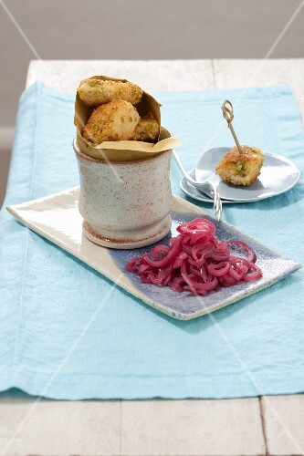 A chicken snack with red wine onions