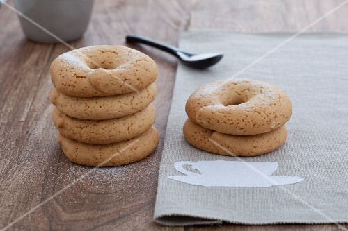 Biscotti al vino bianco (white wine rings with anise, Italy)